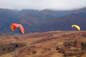 Deporte de aventura en el Valle Sagrado, paracaidistas en Chinchero, Cusco, Peru.