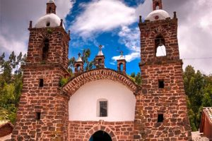 Templo colonial San Pedro de Cacha en Raqchi